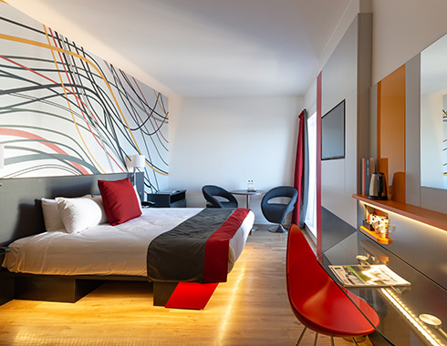 Interior-photography-showing-room-with-bed-and-view-at-the-Sleeperz-Hotel-Dundee
